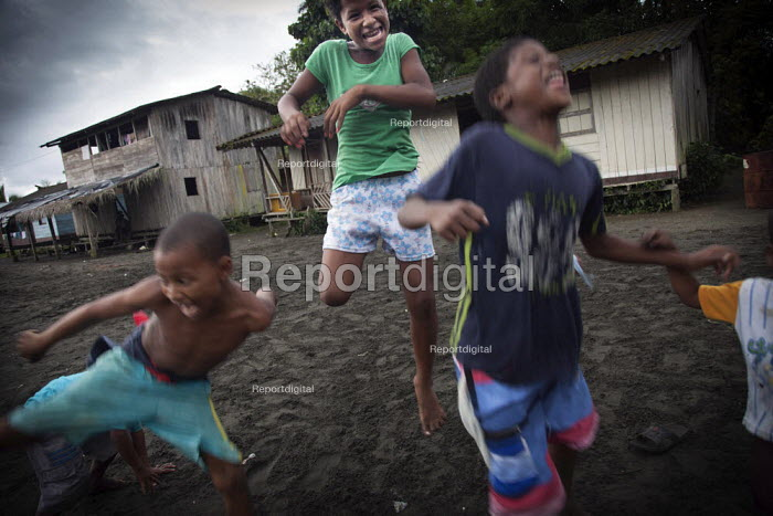Children playing in a village, near Nuqui. Choco, Colombia. - Boris Heger - 2011-08-11