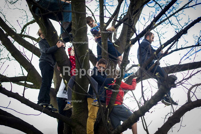 Local people and cycling enthusiasts watching the first anual Tour De Yorkshire, a cycling race inspired by the success of the Tour De France. Roundhay Park, Leeds, West Yorkshire - Connor Matheson - 2015-05-03