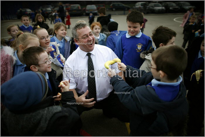 Chief Inspector of Schools Maurice Smith visiting ST Oswald's RC Primary in Ashton-in-MAkerfield, Wigan. - Christopher Thomond - 2006-01-25