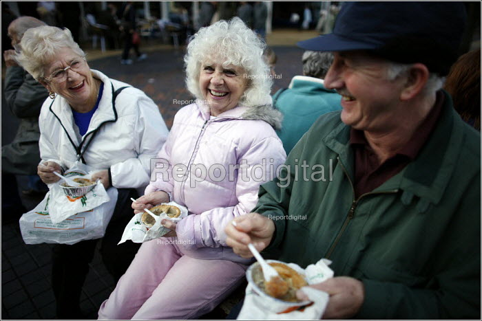 Pie and a joke at Bury Market. - Christopher Thomond - 2005-11-09