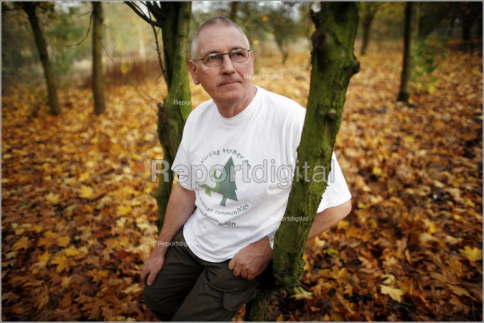 Peter Guy, community Warden at Colliers Wood in Greater Manchester, part of the Red Rose Community Forest. - Christopher Thomond - 2005-11-02