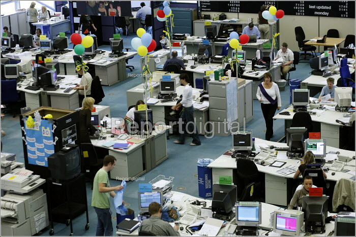 Telesales workers, First Direct call centre, Leeds. - Christopher Thomond - 2005-10-10