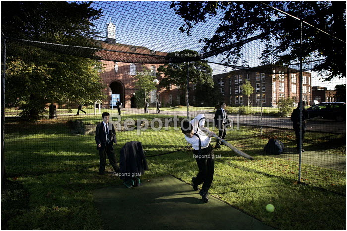 Pupils playing cricket at Manchester Grammar School. - Christopher Thomond - 2005-09-28