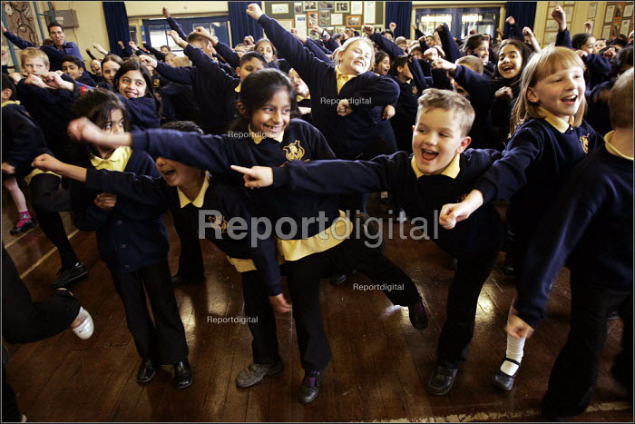 Manchester Education Authority senior voice tutor Maurice Walsh singing with Key Stage 2 pupils, Acacias Community Primary School, Burnage, Manchester. - Christopher Thomond - 2005-04-08