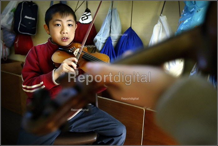 Children at the Saturday morning Fosbrook Folk Education Trust sessions at Banks Lane Junior School in Stockport, playing the violin, Greater Manchester. - Christopher Thomond - 2005-02-19