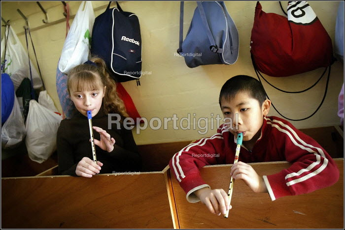 Children at the Saturday morning Fosbrook Folk Education Trust sessions at Banks Lane Junior School in Stockport playing the recorder, Greater Manchester. - Christopher Thomond - 2005-02-19