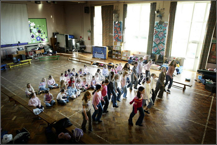 Children at the Saturday morning Fosbrook Folk Education Trust sessions at Banks Lane Junior School in Stockport, Greater Manchester. - Christopher Thomond - 2005-02-19