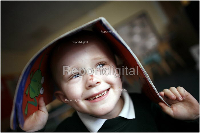 Pupils at Greenside Primary School and Early Excellence Centre, Droylsden, Tameside, Greater Manchester. - Christopher Thomond - 2006-04-04