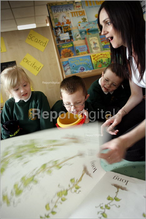 Teacher and pupils at Greenside Primary School and Early Excellence Centre, Droylsden, Tameside, Greater Manchester. - Christopher Thomond - 2006-04-04