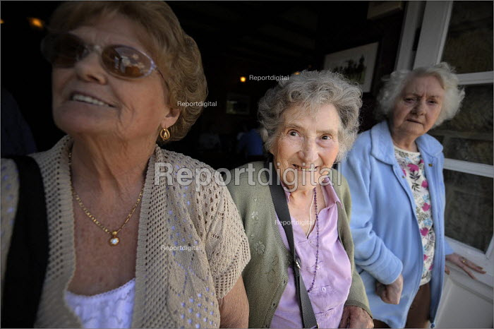 Pensioners in Bramly, West Yorkshire. - Christopher Thomond - 2008-06-09
