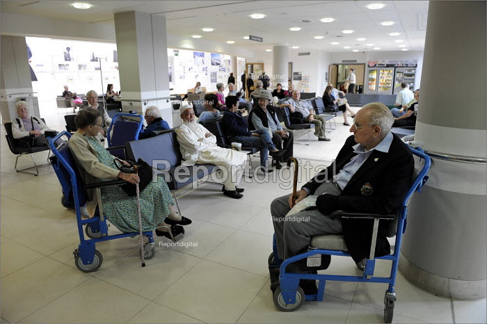 Patients waiting in Bexley Wing at St James' Hospital in Leeds. - Christopher Thomond - 2008-06-10