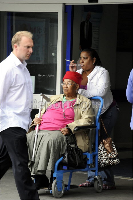 Smokers waiting in the entrance to St James' Hospital in Leeds. - Christopher Thomond - 2008-06-11