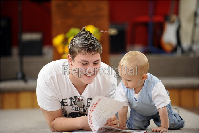 A young father with his son on a parenting course, Sunderland - Christopher Thomond - 2008-06-12