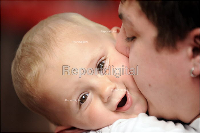A young father with his son on a parenting course, Sunderland. - Christopher Thomond - 2008-06-12