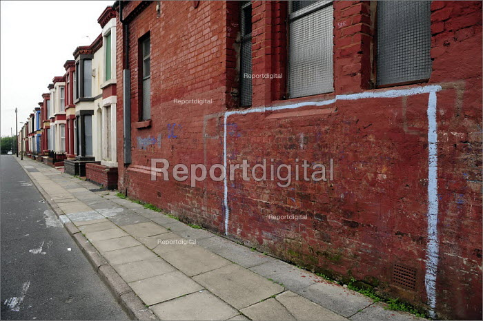 Goalposts painted on the exterior wall of a hall in Wavertree, Liverpool. - Christopher Thomond - 2008-07-31