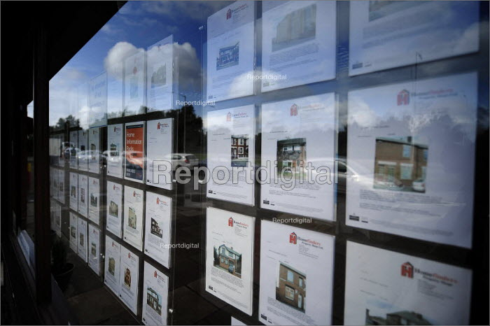Homefinders window display in Salford, Greater Manchester. - Christopher Thomond - 2008-09-02