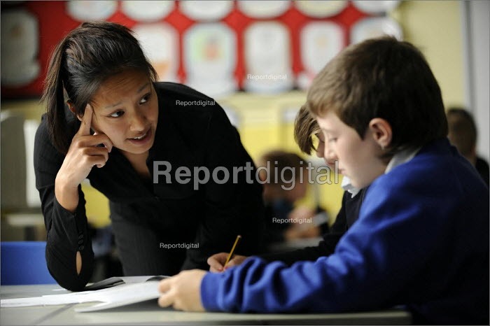 Y6 literacy lesson at Gorton Mount Primary School in East Manchester. - Christopher Thomond - 2008-09-09