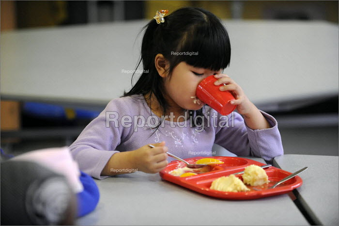 Lunchtime at Gorton Mount Primary School in East Manchester. - Christopher Thomond - 2008-09-09