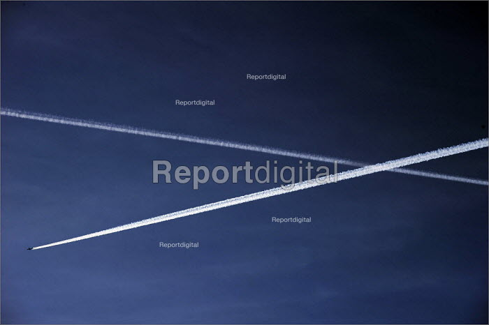 Aircraft vapour trails in the sky. - Christopher Thomond - 2008-11-18