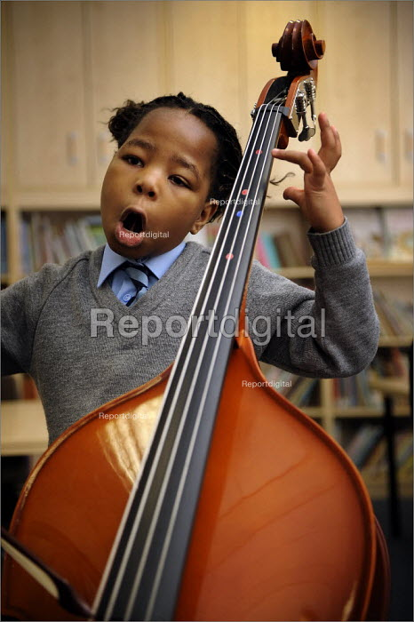 Pupil in a music lesson at Sacred Heart Catholic Primary School and Kensington Junior & Infant School in Liverpool. - Christopher Thomond - 2008-11-27
