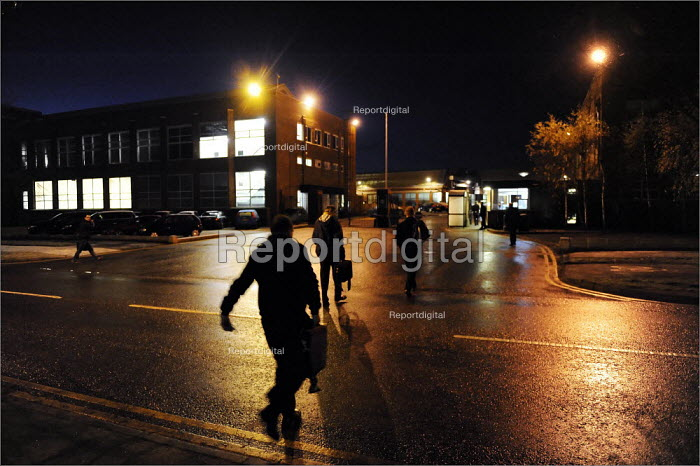 Workers arriving and leaving at the early morning shift change at Bentley Motors in Crewe. - Christopher Thomond - 2008-12-10