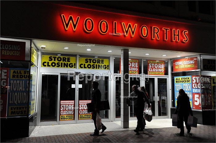 Staff leaving Woolworths' store in Cheshire, as it closes its doors for the final time. - Christopher Thomond - 2009-01-06