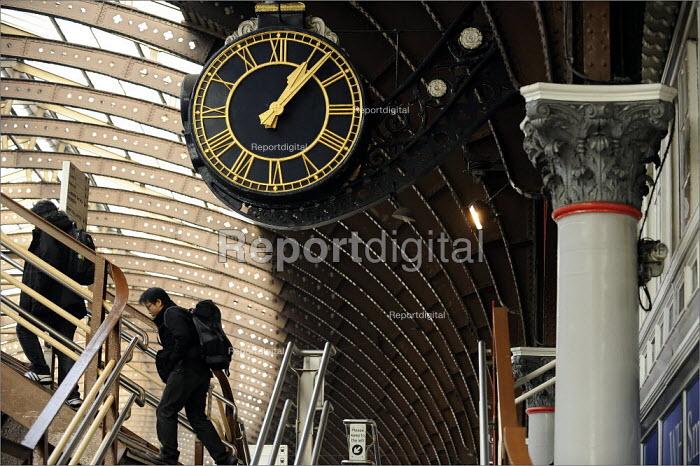 Passengers at York Railway Station - Christopher Thomond - 2009-01-08