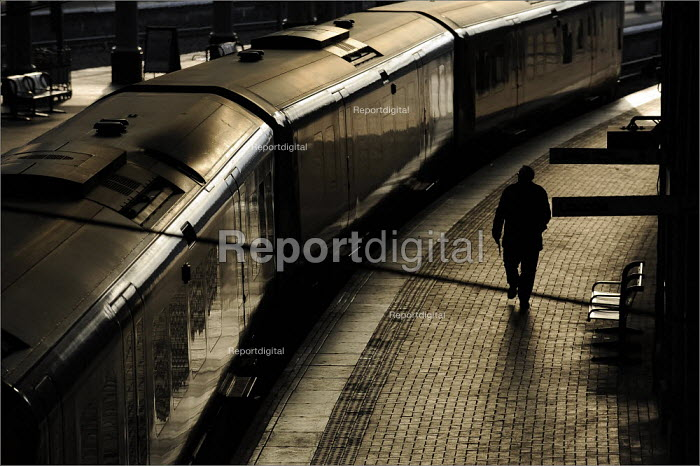 Passengers at York Railway Station - Christopher Thomond - 2009-01-08