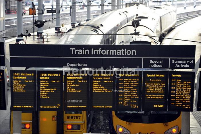 Train information Departures and Arrivals, York Railway Station - Christopher Thomond - 2009-01-08