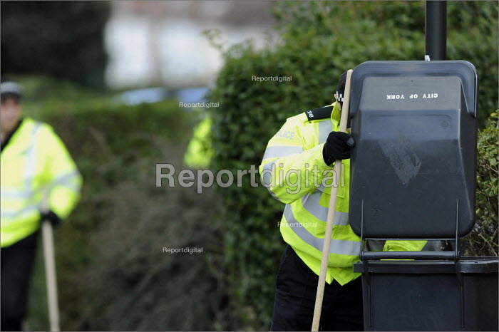 Police looking for evidence on the streets of a housing estate in York in the continuing search for Claudia Lawrence who went missing. - Christopher Thomond - 2009-03-26