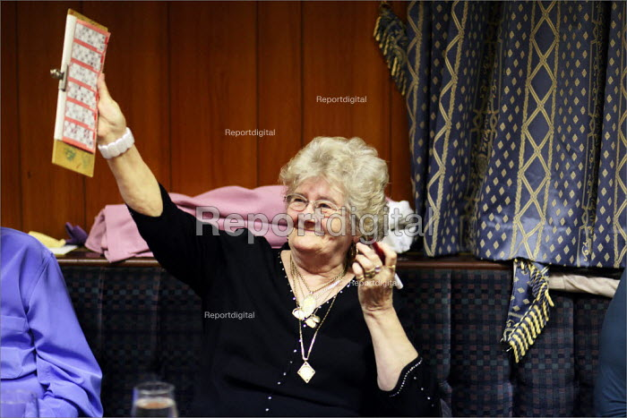 A woman claims a win on the bingo at the Cleveleys Working Men's Club, Lancashire. - Christopher Thomond - 2009-05-15
