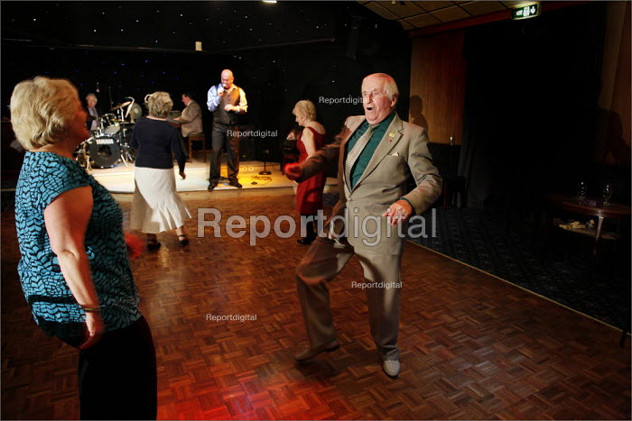 Dancing to the music of Steve Rose at Cleveleys Working Mens Club, Lancashire. - Christopher Thomond - 2009-05-15