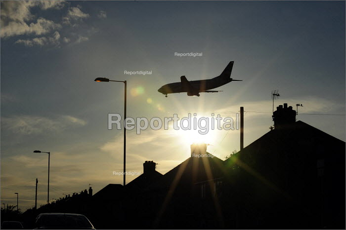 Aircraft landing on the runway at Manchester Airport. - Christopher Thomond - 2009-05-21