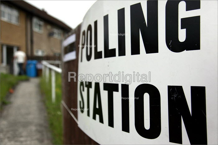 Voters in the county council and european elections at a polling station in a terraced house on the Turf Moor estate in Burnley, Lancashire. - Christopher Thomond - 2009-06-04
