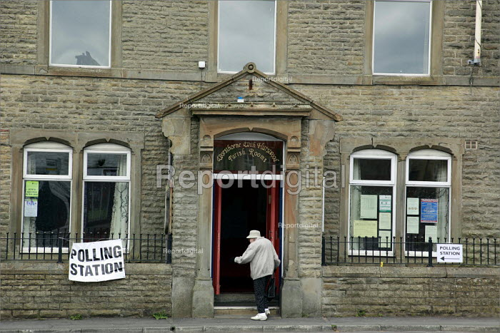 A voter arriving at Worsthorne Parish Rooms in Lancashire. - Christopher Thomond - 2009-06-04