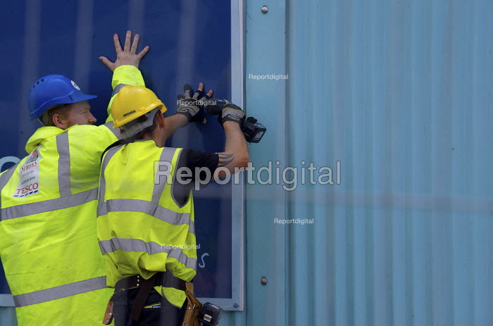 Construction of a new Tesco supermarket at Litherland. Workers securing the fence. - Christopher Thomond - 2009-07-07
