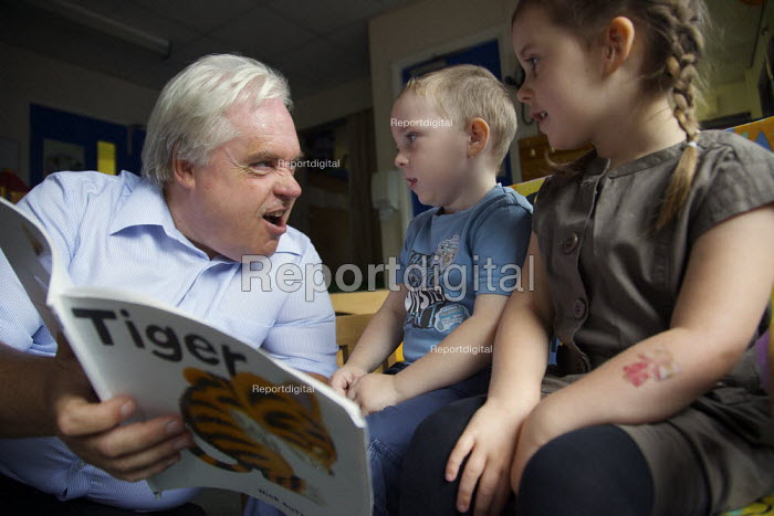 Headteacher at Greenside Primary School and Children's Centre in Droylsden story telling. - Christopher Thomond - 2009-07-17