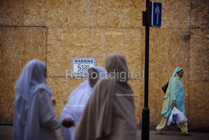 Women talking in front of a boarded up shop in Rotherham town centre. - Christopher Thomond - 2009-07-23