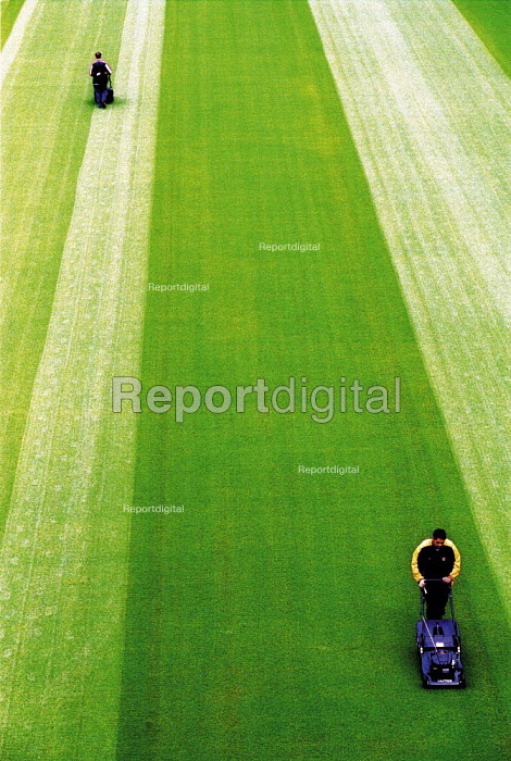 Groundsmen cutting the grass at Highbury the home of Arsenal FC. - Duncan Phillips - 2000-07-11