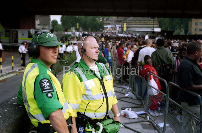 St Johns Ambulance paramedics provide emergency cover at the Notting Hill Carnival, London - Duncan Phillips - 2000-08-31