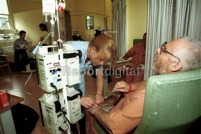Nurse inserting needle into cardiac patient at a North London Hospital - Duncan Phillips - 2000-09-16
