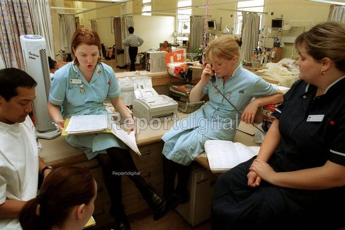 Nurses at shift changeover at NHS Hospital North London - Duncan Phillips - 2000-09-25