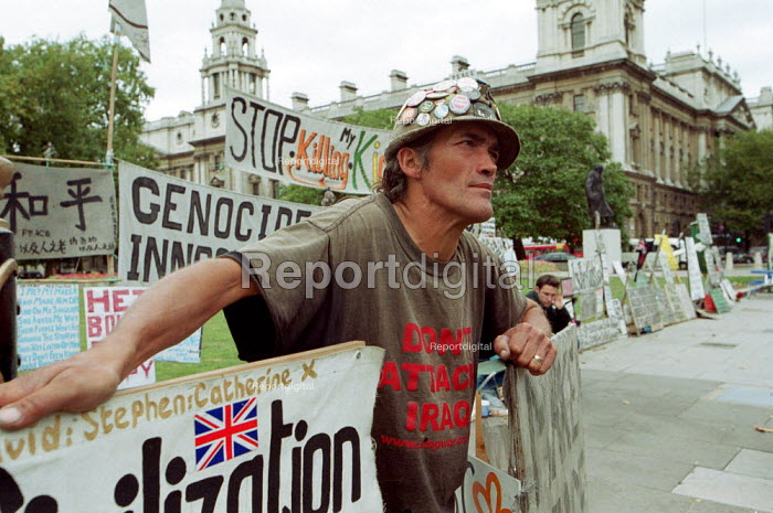 Peace Protester Brian Haw continuing his vigil outside the Houses of Parliament against war with Iraq. - Duncan Phillips - 2002-10-04