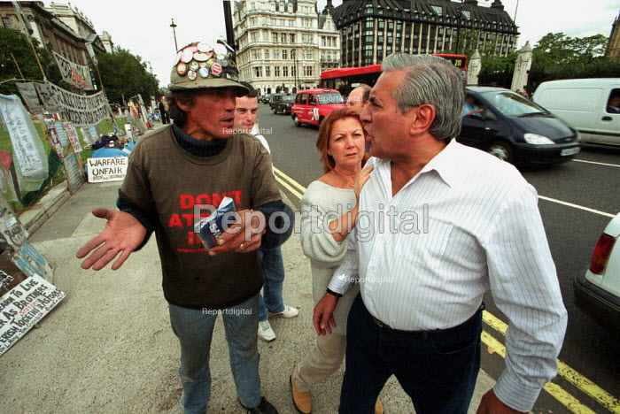 Peace Protester Brian Haw continuing his vigil outside the Houses of Parliament against war with Iraq being confronted by an angry member of the public - Duncan Phillips - 2002-10-04