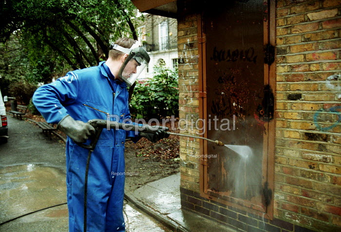 Council contractor cleaning up graffiti North London - Duncan Phillips - 2002-01-16