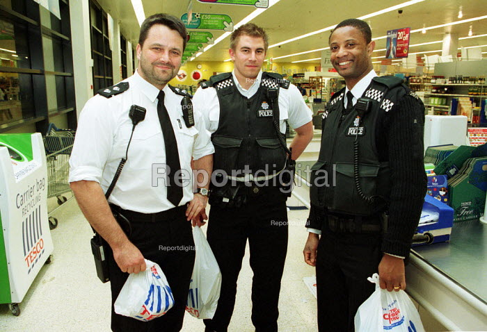 Police Officers buying snacks during a night shift at a 24 hour Tesco supermarket. - Duncan Phillips - 2002-10-14