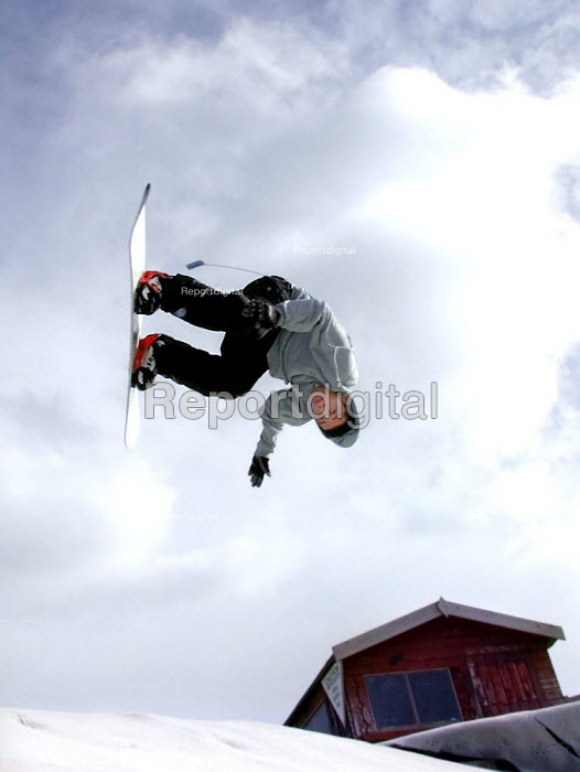Young snowboarder at Sheffield Ski Village, built on a derelict site in inner city Sheffield - David Bocking - 2002-02-10