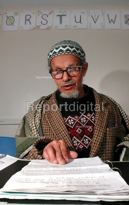 81 year old former Sheffield steelworker, orginal from Yemen, during an English class at the Yemeni Community Centre, Sheffield - David Bocking - 2004-04-07
