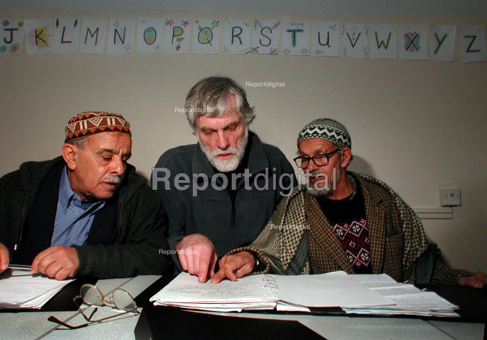 Retired Sheffield steelworkers, orginally from Yemen, with a tutor during an English class at the Yemeni Community Centre, Sheffield - David Bocking - 2004-04-07
