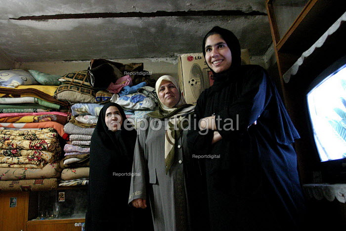 The wife and daughters of Hassan Jumaa Awad, head of Basras oil workers union. - David Bacon - 2005-05-26